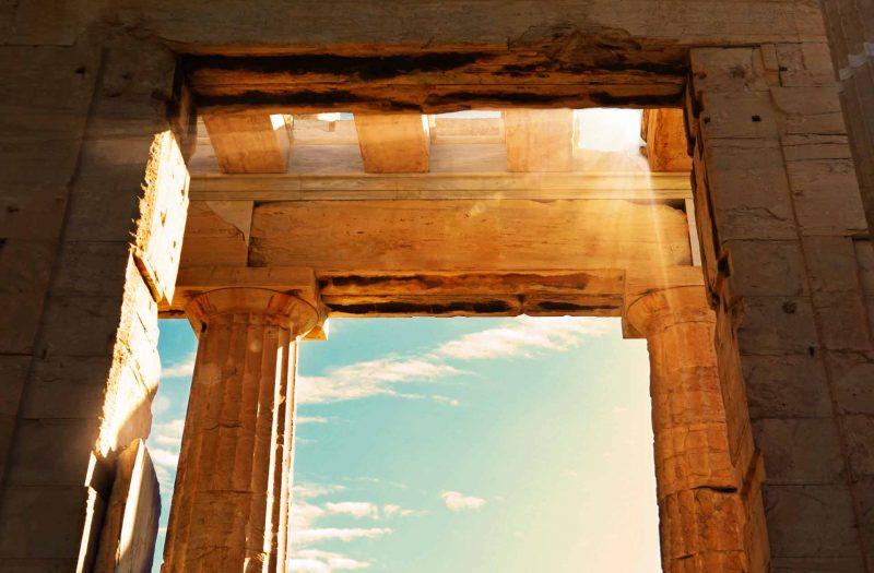 Atardecer dentro de la Acrópolis de Atenas. Foto de los propileos de la Acrópolis.
